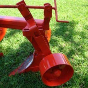 Rodas construidas em aco aumentando a durabilidade do produto.O ajuste da roda limitadora e feito atraves de manivela que encontra-se acima da roda