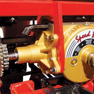 Caixa de engrenagem a banho de óleo, de troca rápida c/ 62 combinações de velocidades p/ regulagem de distribuição de adubo